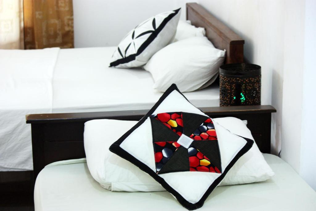 Een bed of bedden in een kamer bij Gimansa Rest Sigiriya
