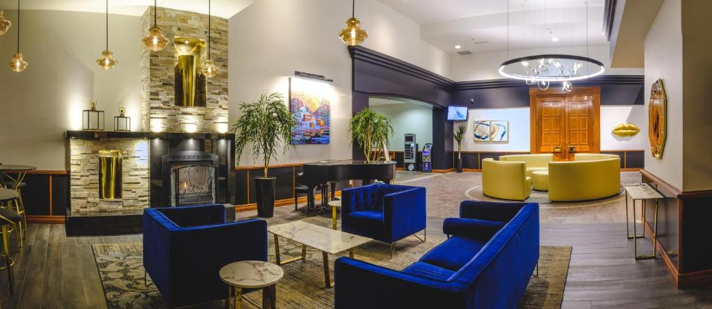 The lounge or bar area at Hotel Le Montagnais