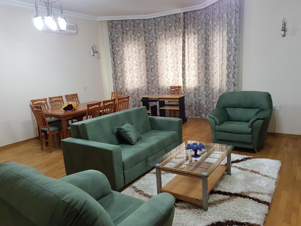 Uma área de estar em Leyla Apartments 9 At Fountain Square
