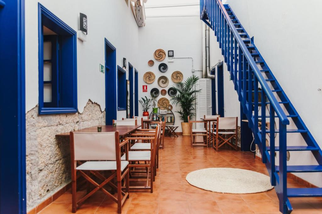 A restaurant or other place to eat at Ashavana Hostel