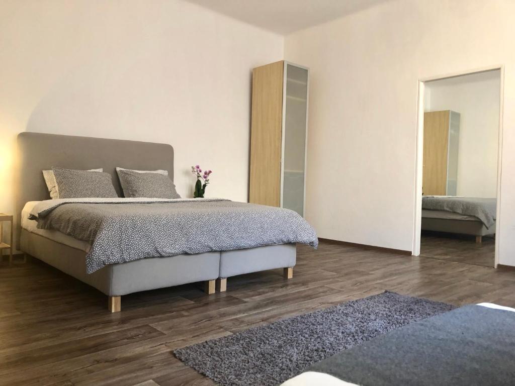 Ein Bett oder Betten in einem Zimmer der Unterkunft CE Apartment Prague Central