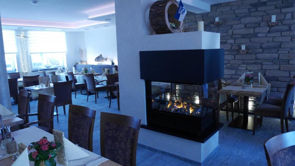Ein Restaurant oder anderes Speiselokal in der Unterkunft Restaurant Hotel Goldener Adler