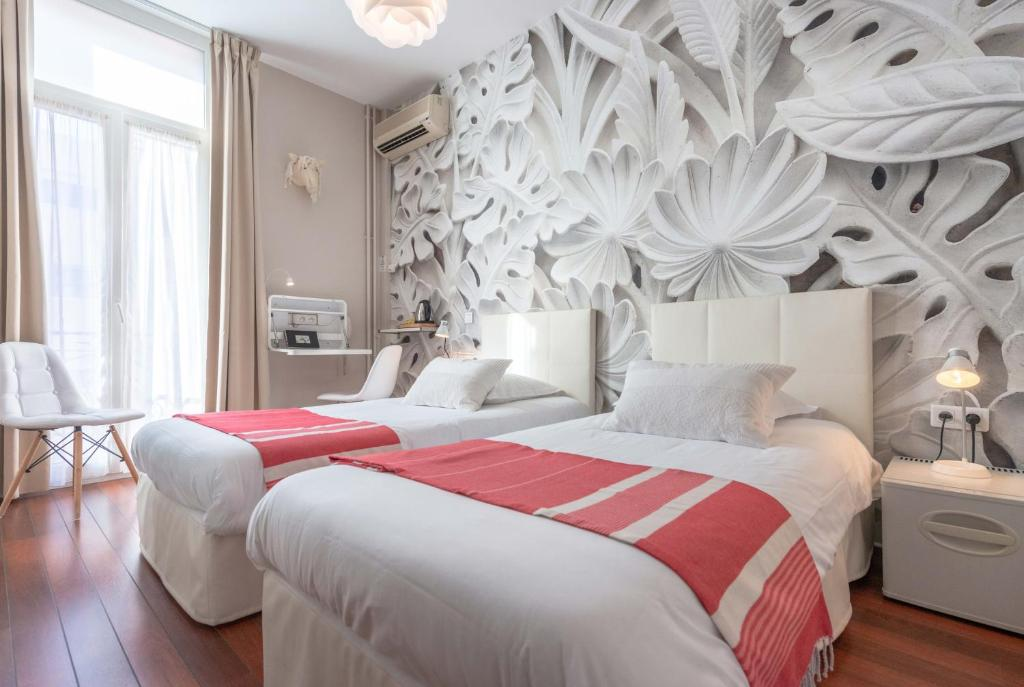 A bed or beds in a room at Hôtel Cecil