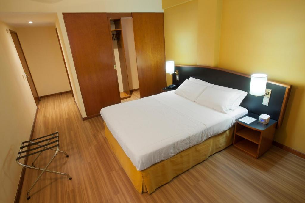 A bed or beds in a room at Hotel Moncloa