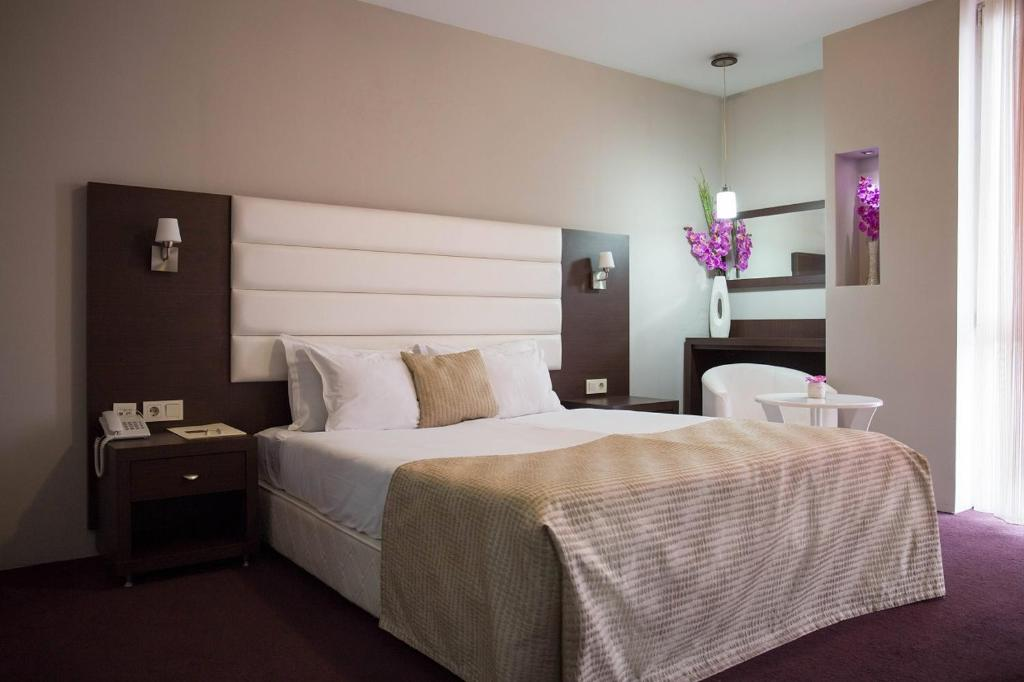 A bed or beds in a room at Hotel Continental