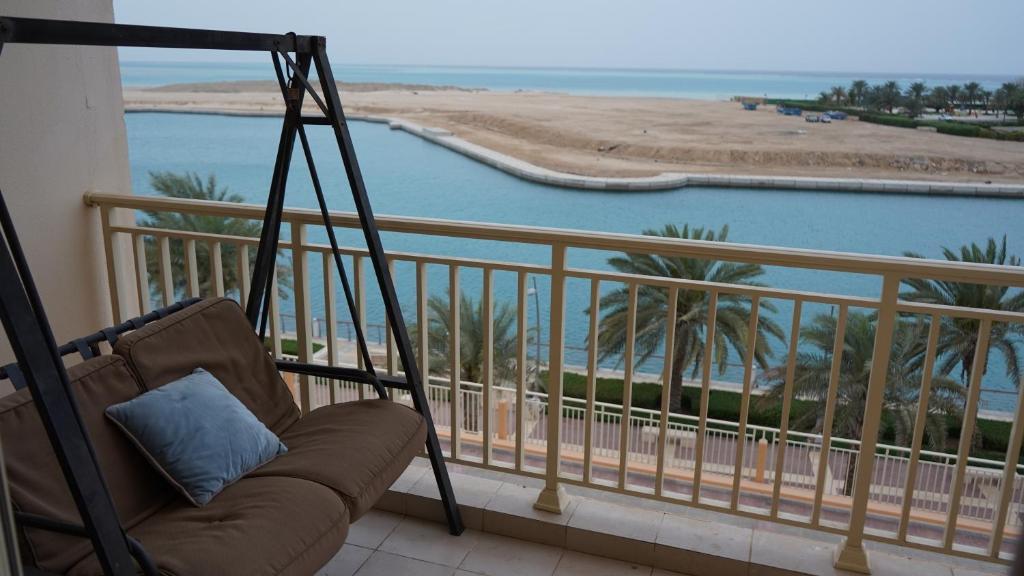 Uma varanda ou terraço em marina two apartment 201 with direct sea view