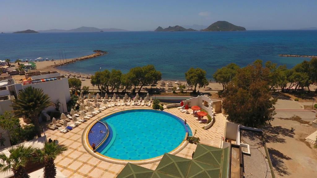 Uitzicht op het zwembad bij Yelken Mandalinci Spa&Wellness Hotel of in de buurt