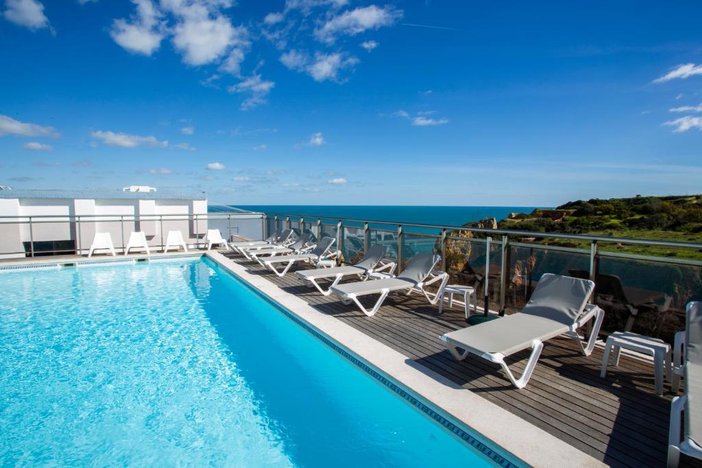 Бассейн в Carvi Beach Hotel или поблизости