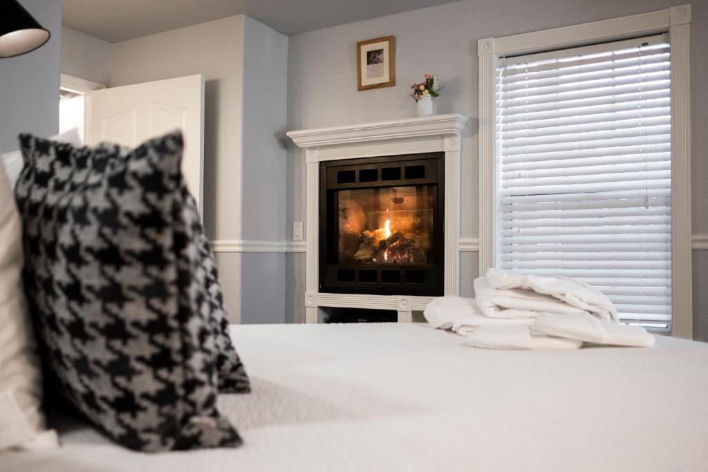 A bed or beds in a room at Hounds Tooth Inn