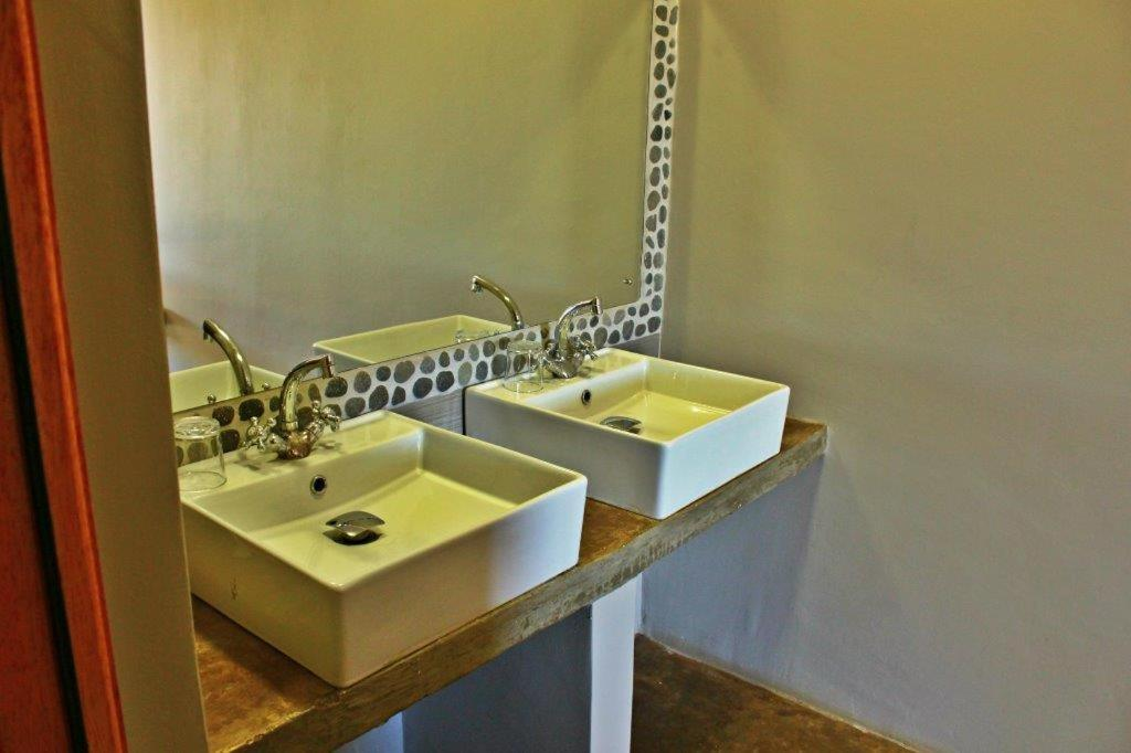 A bathroom at Opuwo Country Lodge