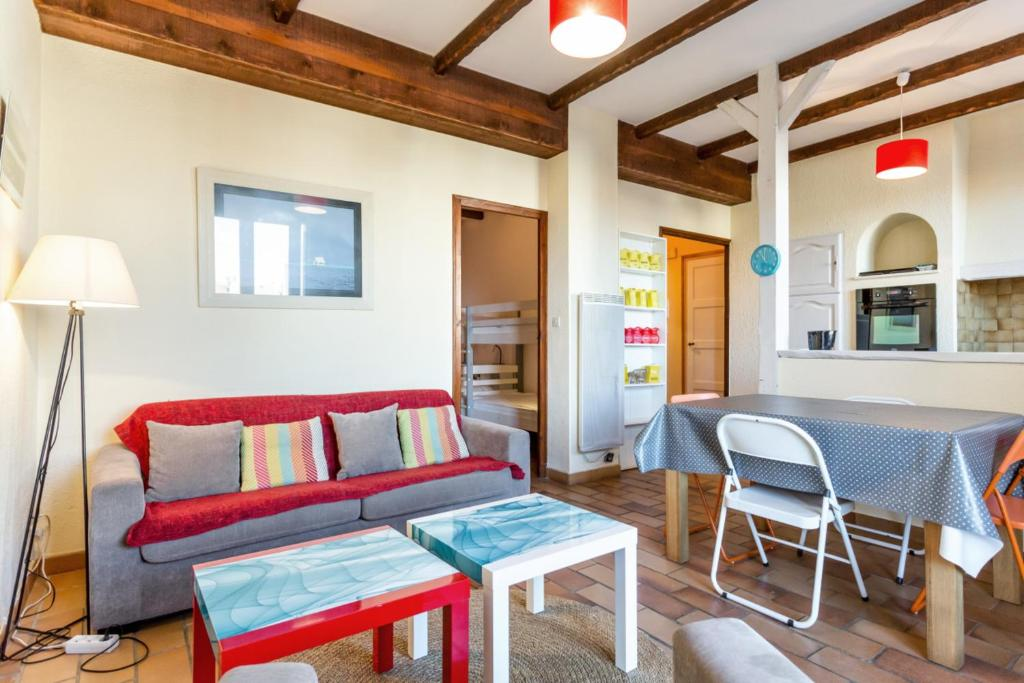 A seating area at Cute apartment with balcony at the heart of Marseille - Welkeys