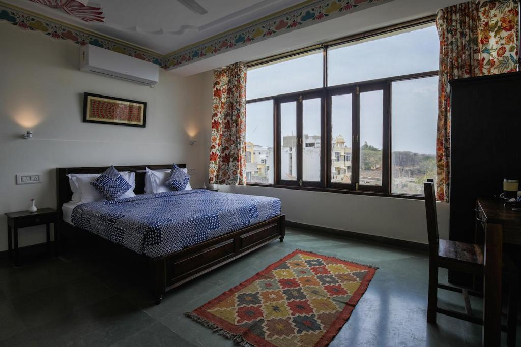 A bed or beds in a room at Le Pension Kesar Vilas