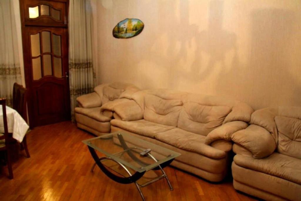 Uma área de estar em Apartament on 28 May
