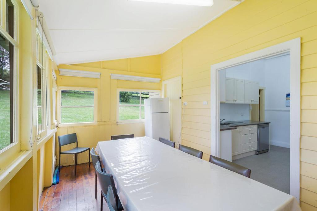 A kitchen or kitchenette at The Seamist Cottage