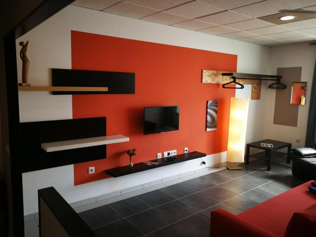 A television and/or entertainment center at 1V - LUXURY APARTMENT NEAR BEACH