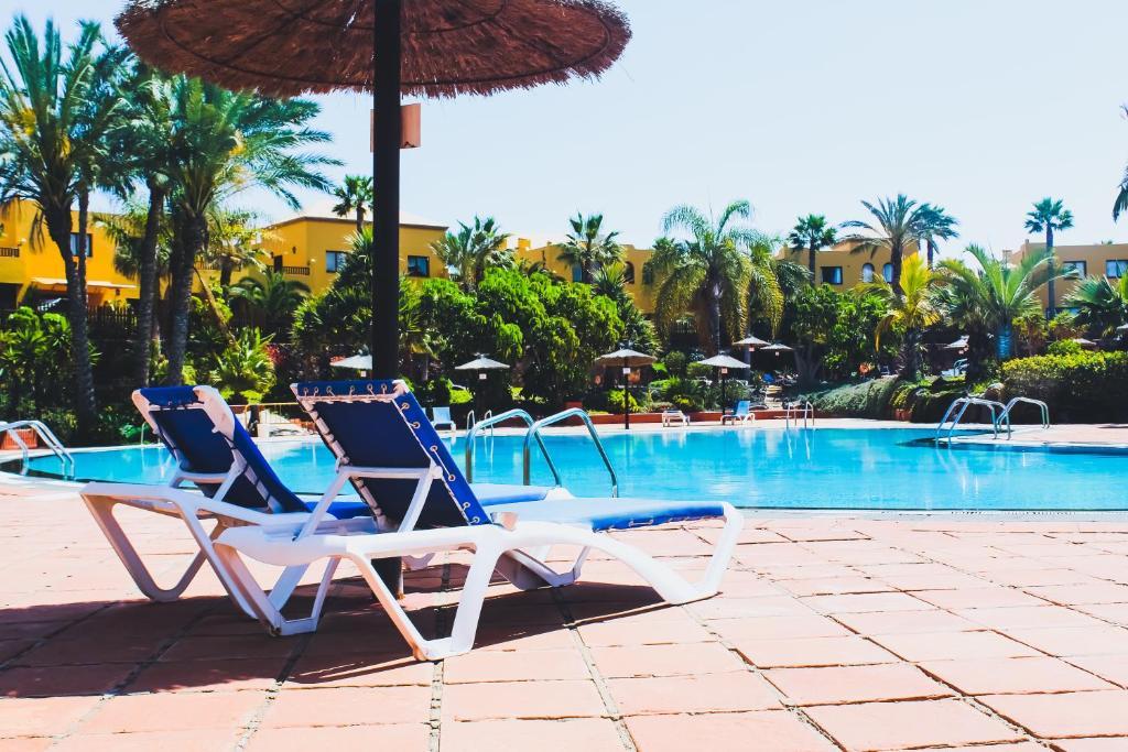 Der Swimmingpool an oder in der Nähe von Oasis Fuerteventura Beach Apartments