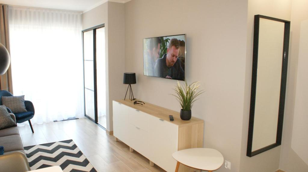 A television and/or entertainment centre at APARTAMENT MARZENA