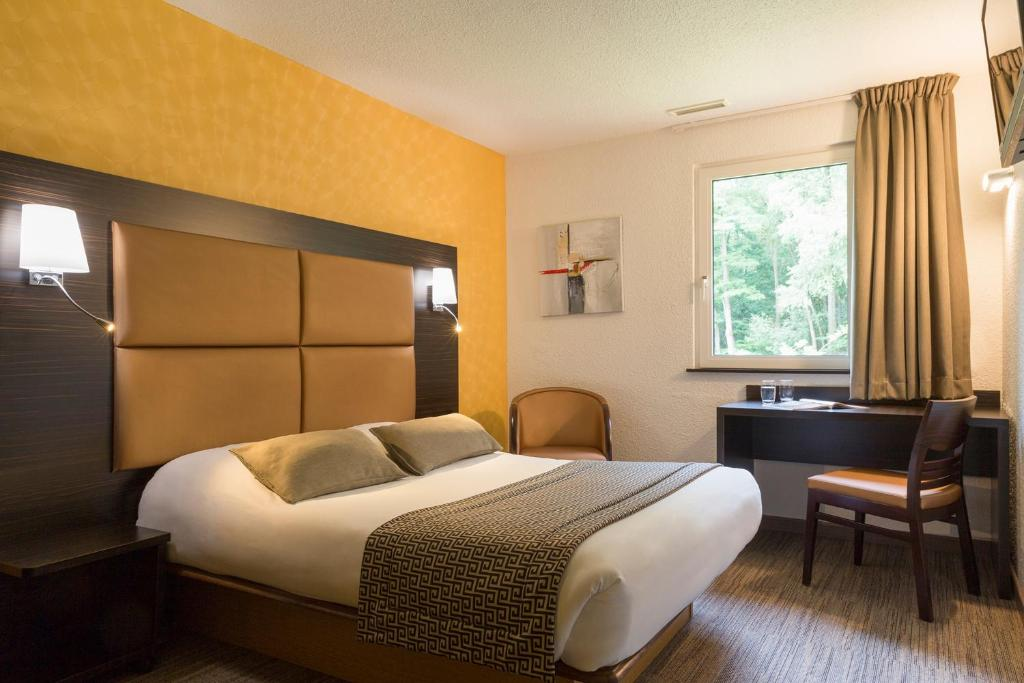 A bed or beds in a room at The Originals City, Hôtel Aster, Saint-Avold Nord (Inter-Hotel)