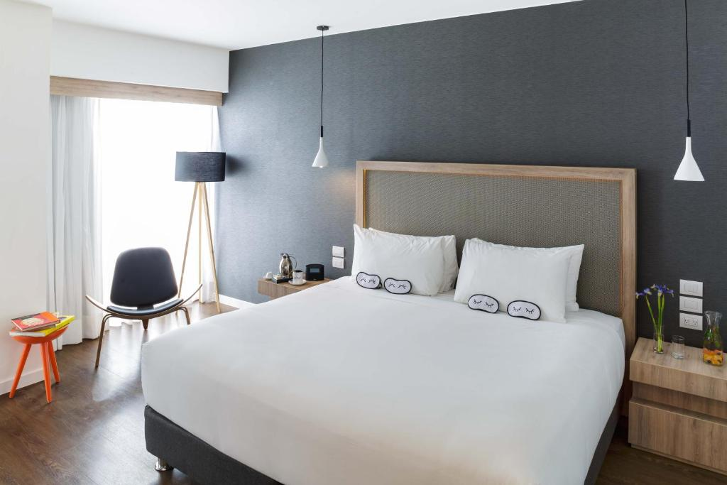 A bed or beds in a room at Innside Lima Miraflores