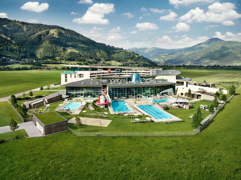 Blick auf Tauern Spa Hotel & Therme aus der Vogelperspektive