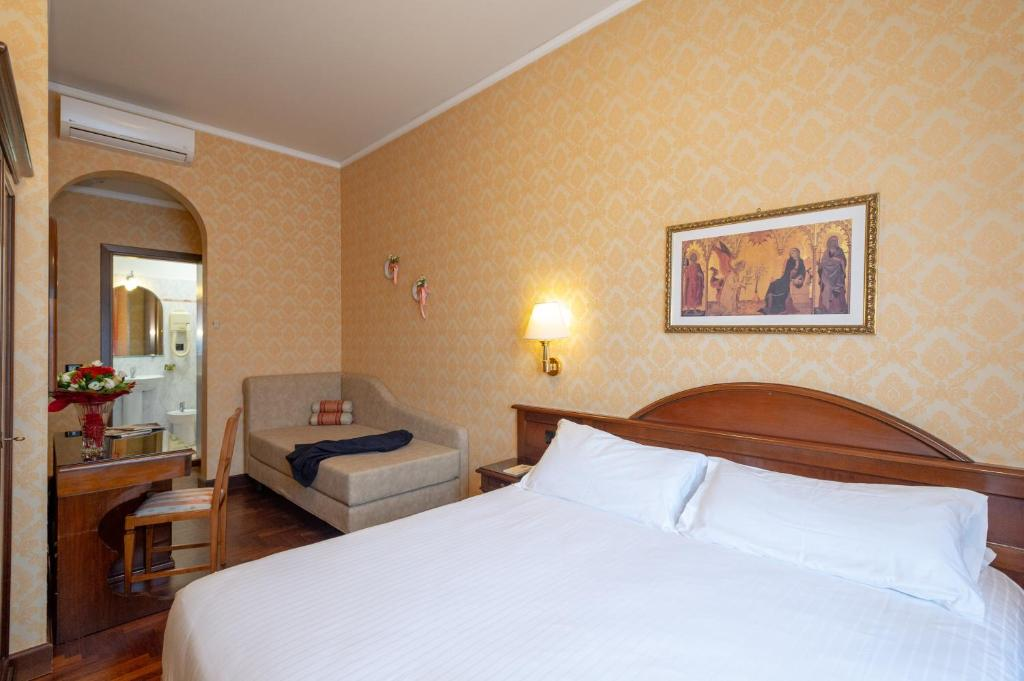 A bed or beds in a room at Hotel Boccaccio