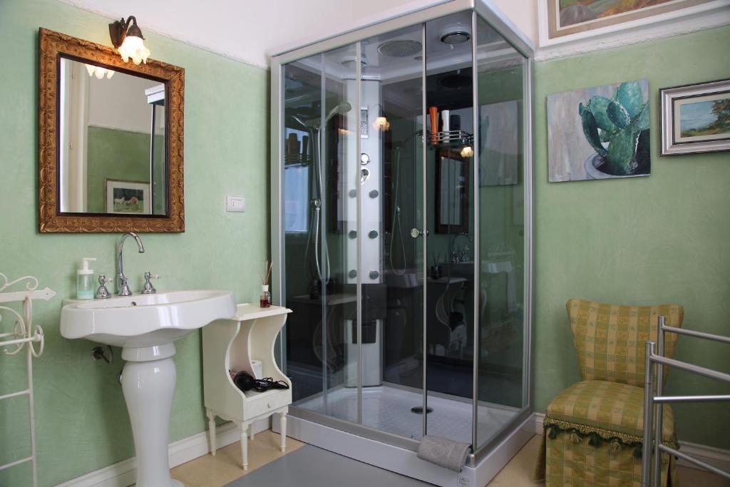 A bathroom at Masnadieri 18