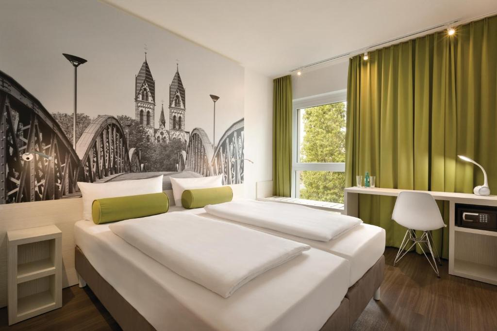 Ein Bett oder Betten in einem Zimmer der Unterkunft Super 8 by Wyndham Hamburg Mitte