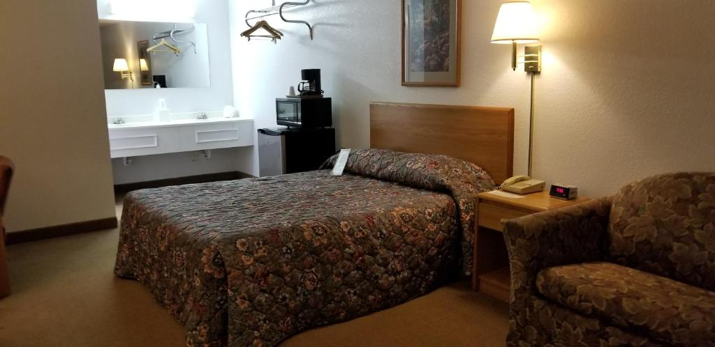 A bed or beds in a room at Scenic Rivers Inn