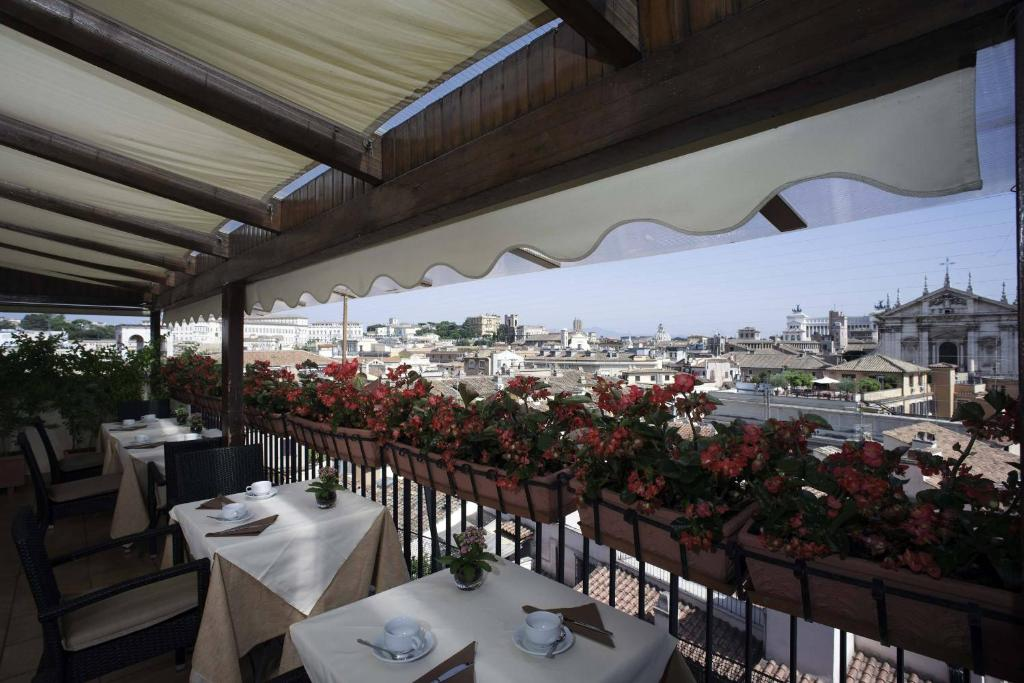A restaurant or other place to eat at Colonna Palace