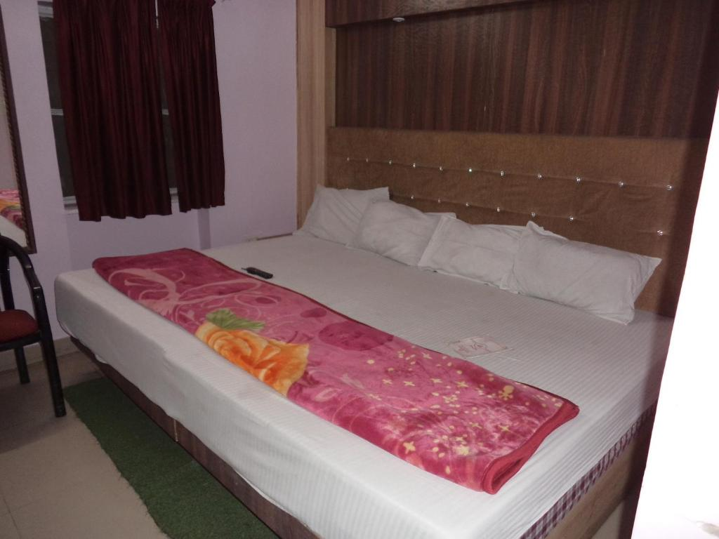 A bed or beds in a room at Budget Accommodation Near Station Road
