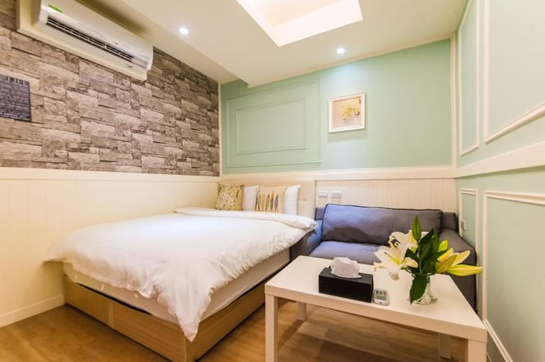 A bed or beds in a room at Superman