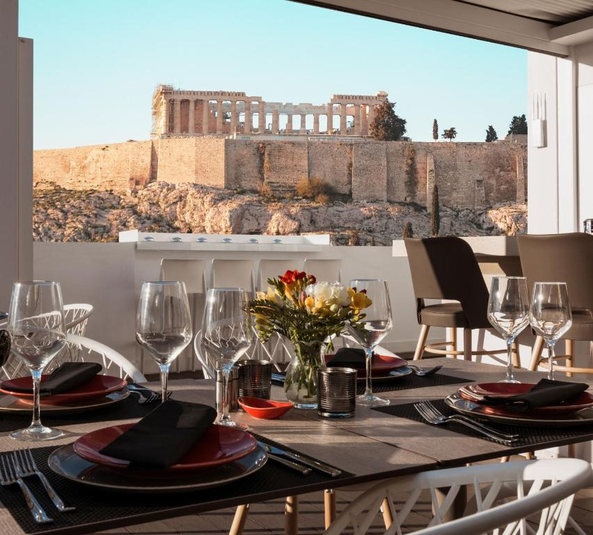 A restaurant or other place to eat at Acropolis Select