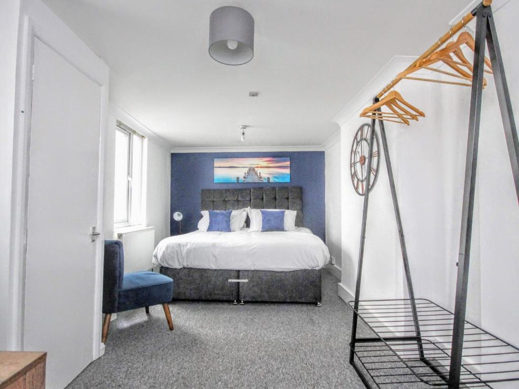 A bed or beds in a room at Queens Square Flat 1 Brighton