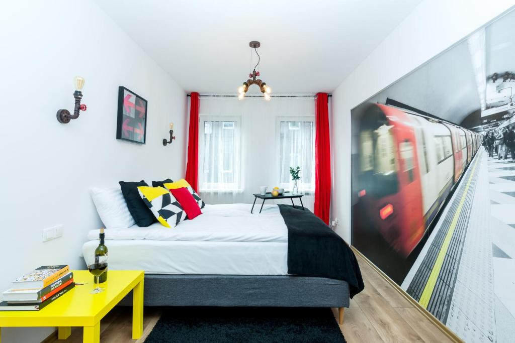 A bed or beds in a room at Sleepway Apartments - Red Metro