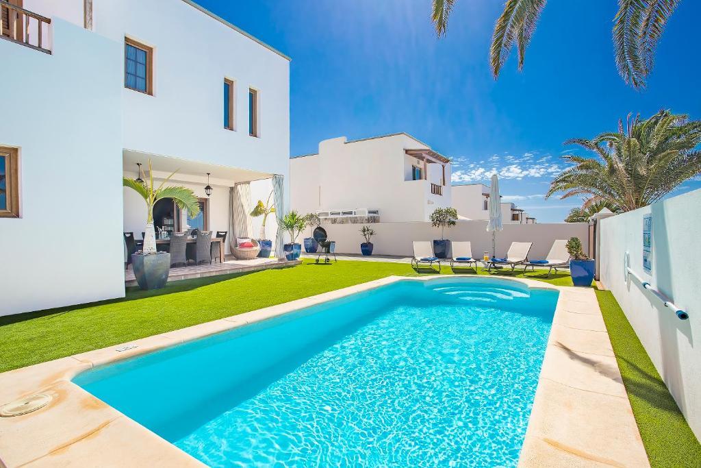 Het zwembad bij of vlak bij Las Caletas Village