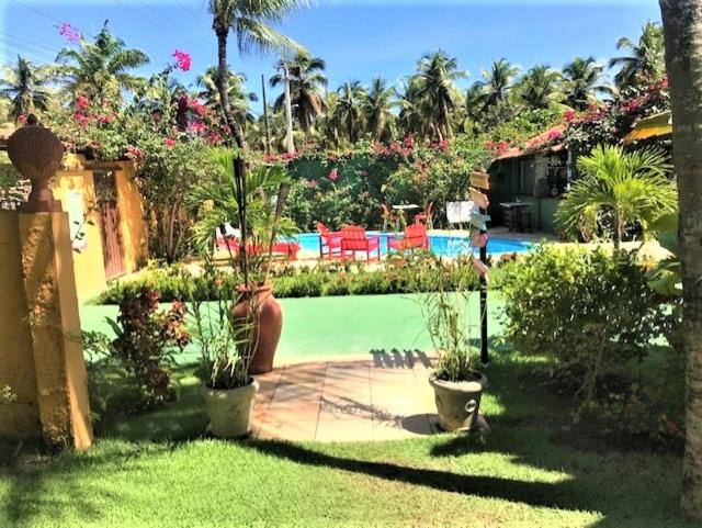 A piscina localizada em Suítes Bouganville ou nos arredores