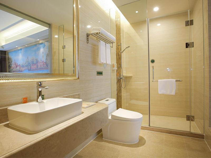 A bathroom at Vienna Hotel Guangzhou Baiyun Airport
