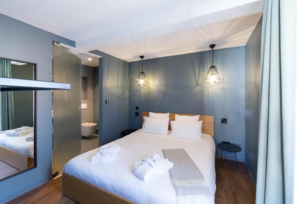 A bed or beds in a room at Hostellerie du Grünewald