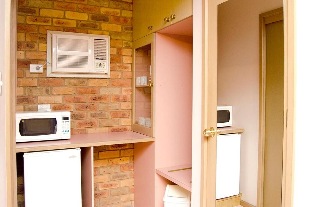 A kitchen or kitchenette at Pines Country Club Motor Inn