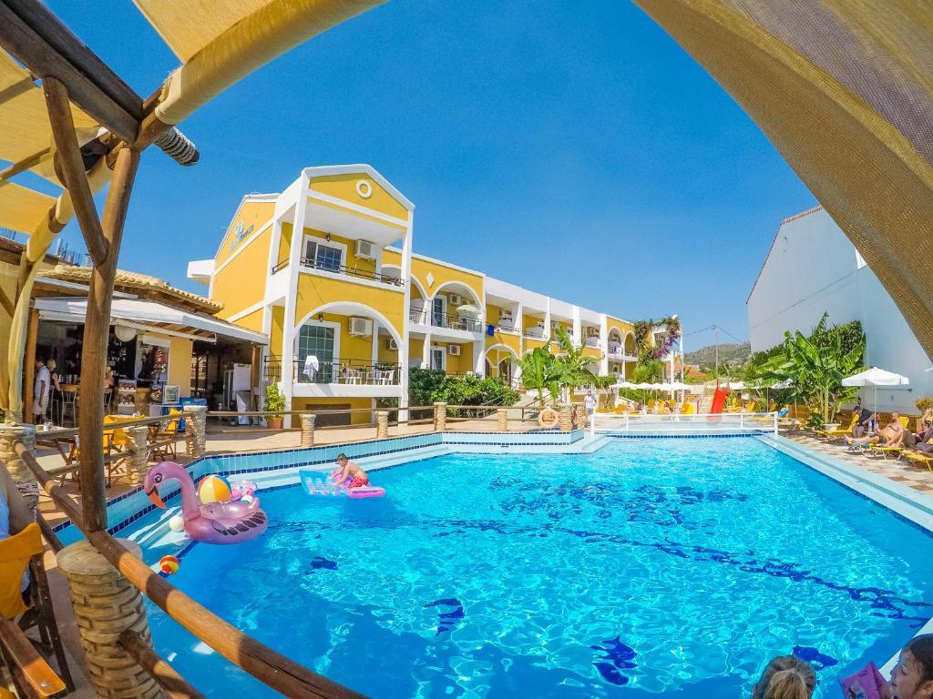 Het zwembad bij of vlak bij Vanessa Hotel