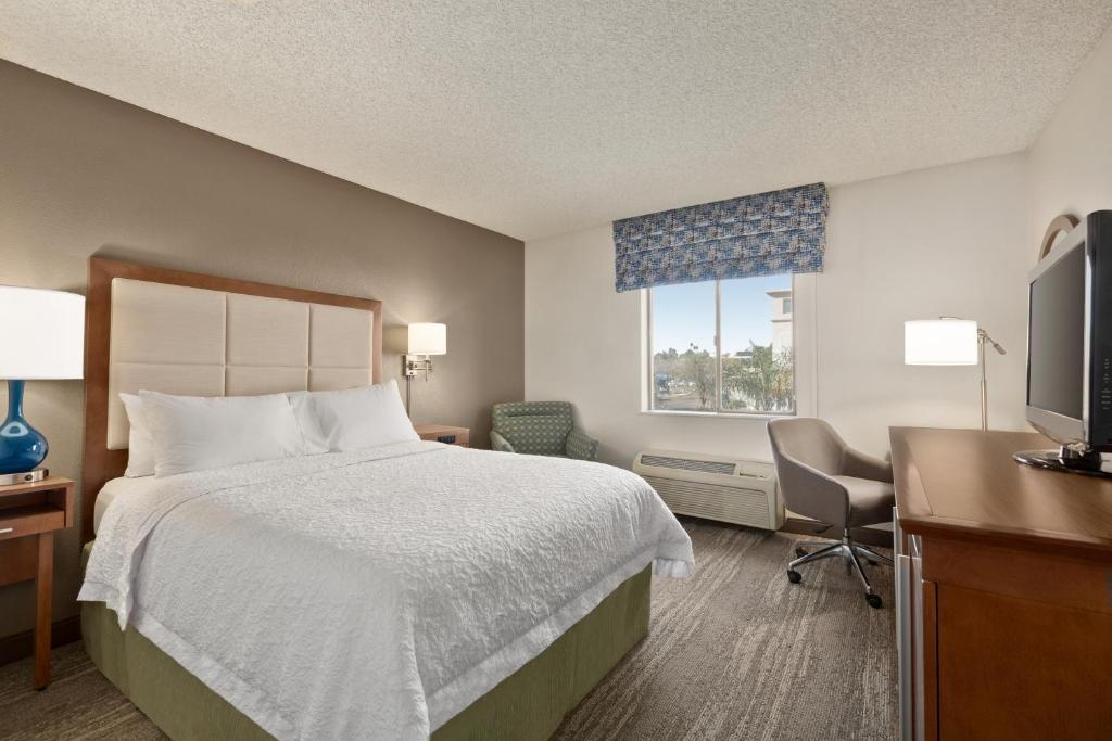 A bed or beds in a room at Hampton Inn Phoenix-Midtown-Downtown Area