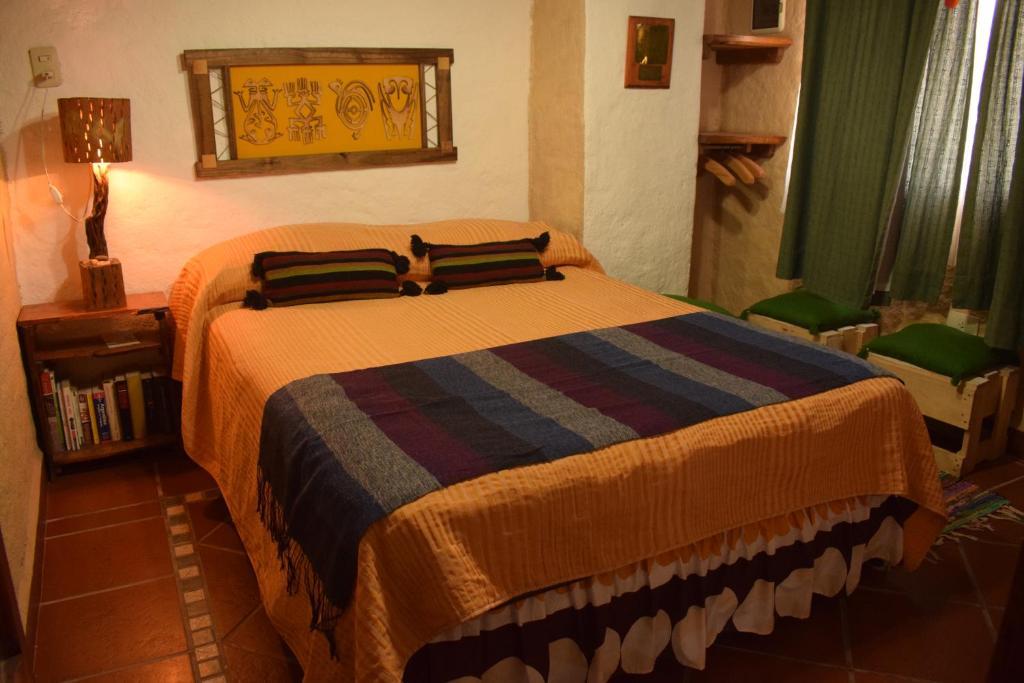 Una cama o camas en una habitación de Posada Cerro de Colores