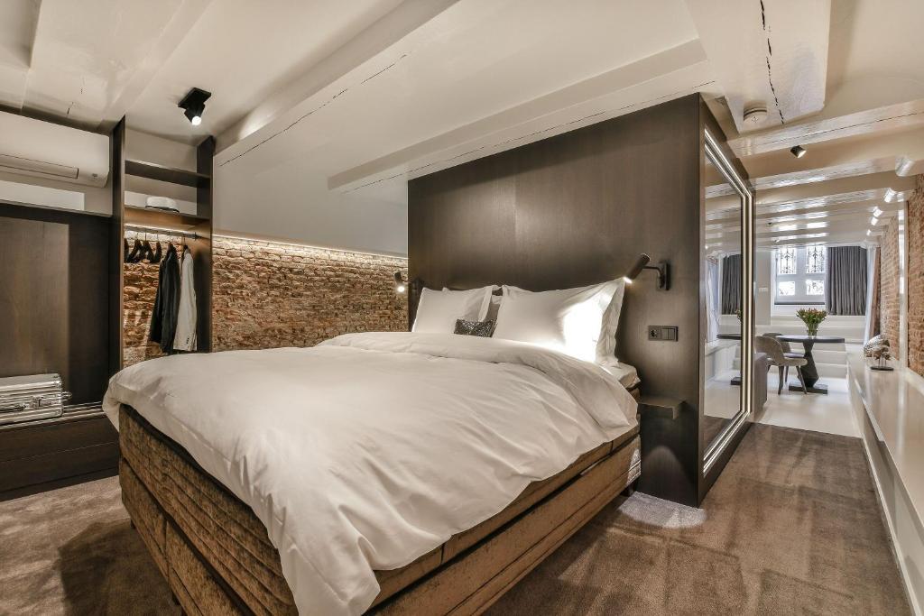 Een bed of bedden in een kamer bij Luxury Canal Suite De Heren