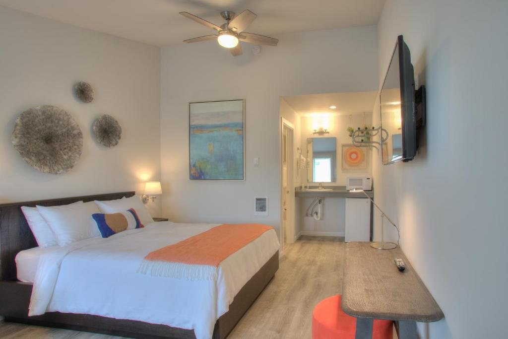 A bed or beds in a room at OCEAN SHORES RESORT - Brand New Rooms