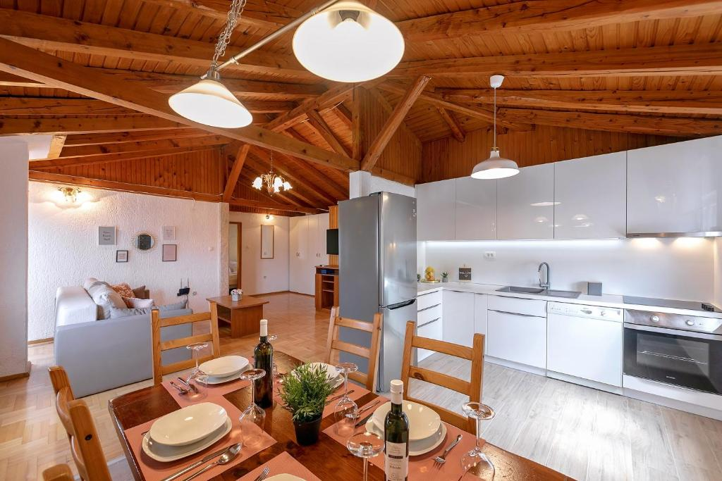 A kitchen or kitchenette at Apartments Bella vista