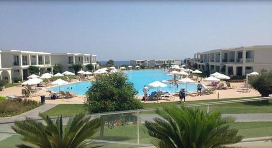 Utsikt mot bassenget på Levante Beach Resort eller i nærheten