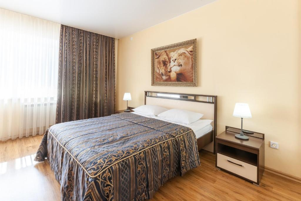 Кровать или кровати в номере Апарт-отель 7 этажей Тюмень Центр