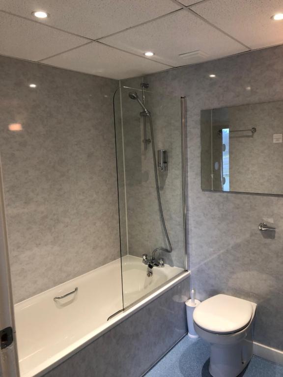 A bathroom at The Brae Hotel