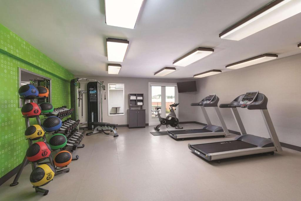 The fitness centre and/or fitness facilities at La Quinta by Wyndham Atlanta Airport South