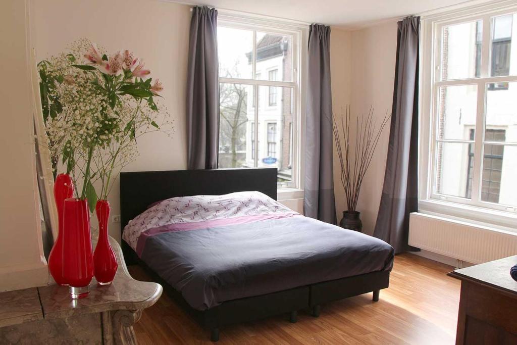 A bed or beds in a room at B&B Bij De Jongens